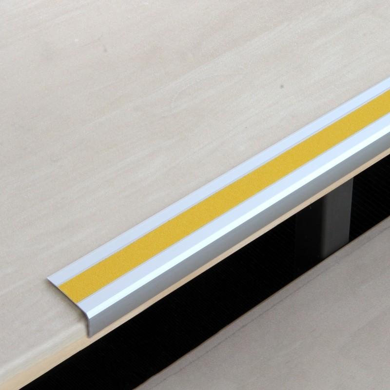 Protišmykový profil so žltou páskou na schody
