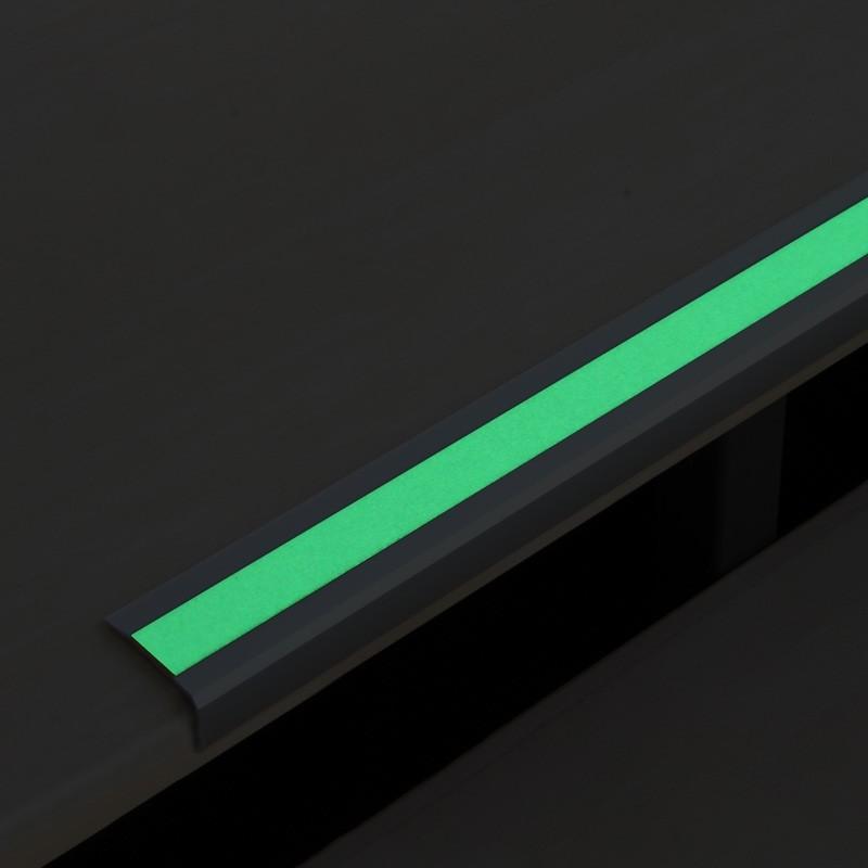 Profil na hrany schodov s paskou svietiacou v tme