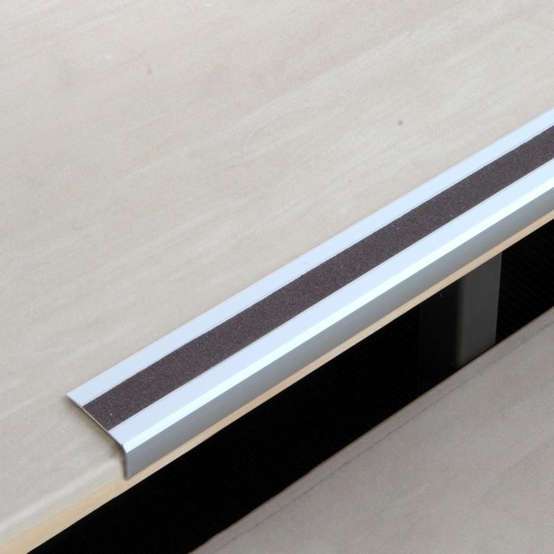 Protišmykový hliníkový profil na hranu schodov