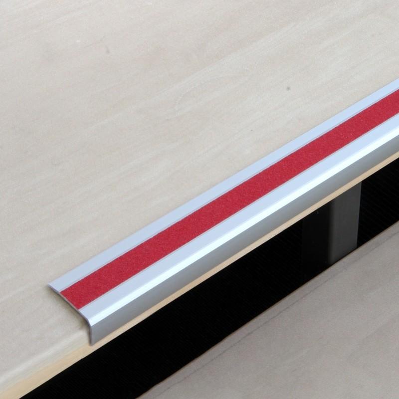 Profil na hranu schodou s červenou protišmykovou páskou