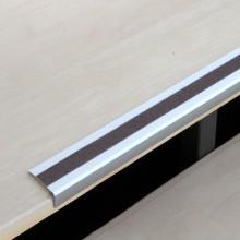 Protišmykový hliníkový profil na schody s čiernou protišm...