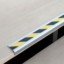 Protišmykový hliníkový profil na schody žlto/čierny